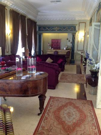 Villa Del Bosco Hotel: Lounge room, just past the reception desk