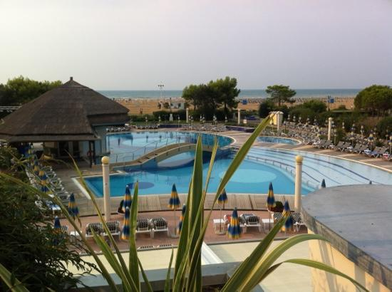 Savoy Beach Hotel: pool area with pool bar; proximity to beach