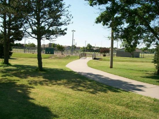 Cheyenne Bottoms Inn and Suites: Walking Trail Behind Hotel