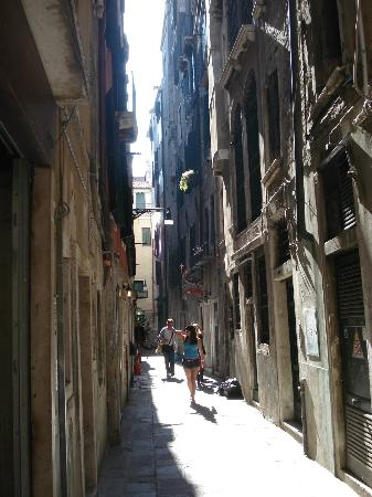 Locanda ai Bareteri: View up street where hotel is located