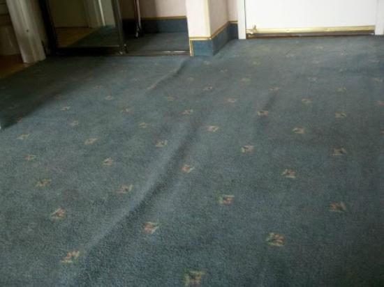 Horizon Casino Resort- Lake Tahoe: Carpet leading to the door, the floor slants down