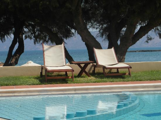 Aphrodite Beach: A lovely view from the pool...