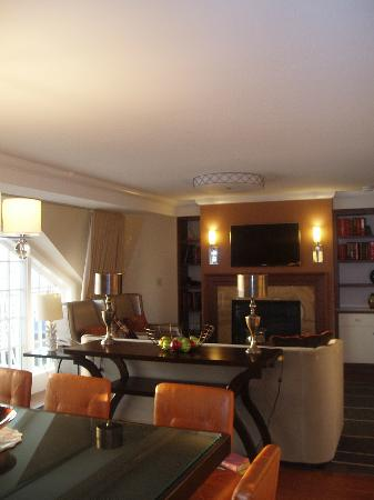 Forty 1⁰ North Hotel and Marina Resort: living room area with fireplace and large flatscreen