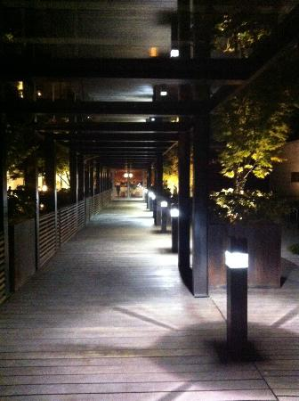 Hotel Modera: Entry at night from entrance on 6th