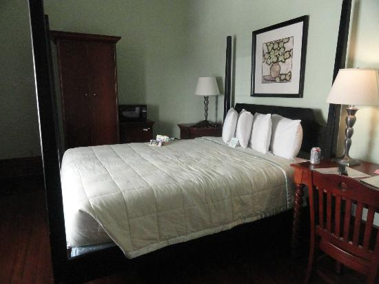 Prytania Oaks Hotel: Queen bedroom