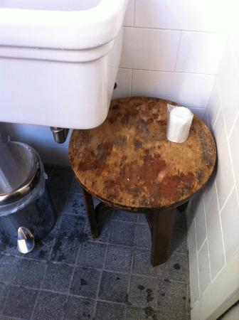 B&B Paradiso no 4: Table in bathroom