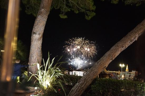 Hotel La Residence de la Pinede: View of the St. Tropez's fireworks from the restaurant