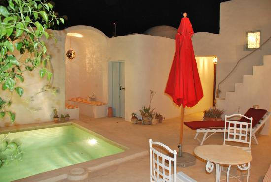 Erriadh, Tunisia: Dar Farah; inner courtyard and pool