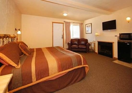 Econo Lodge Kalispell: King Suite with Fireplace