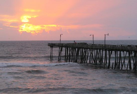 Colonial Inn: Sunrise Beside the Nag&#39;s Head Pier