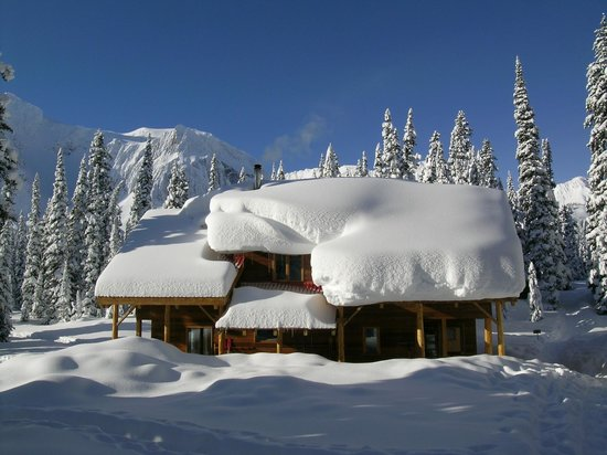 Mistaya Lodge: A bit of snow and more to come