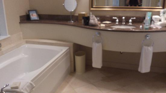 Fairmont Vancouver Airport: Bath room with huge vanity mirror