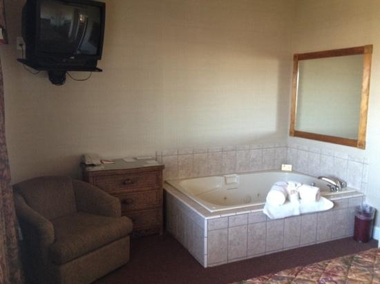 Portside Suites: Bath tub was large with jets