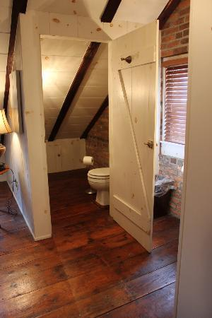 Inn at Lincoln Square: Bathroom tucked away