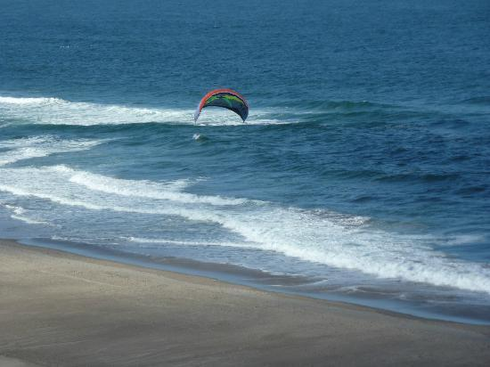 Nordic Oceanfront Inn: Someone flying a kite on the beach