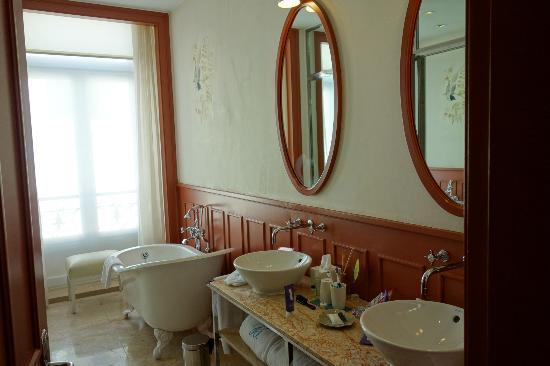 Bairro Alto Hotel: Bathroom was very nice