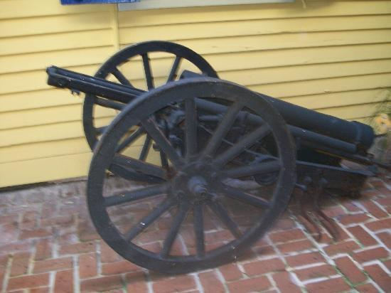 Andrew Jackson Hotel: Old Cannon in the Courtyard