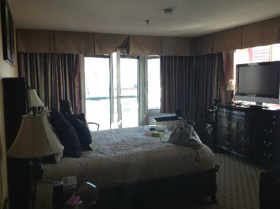 Lonsdale Quay Hotel: Our room!