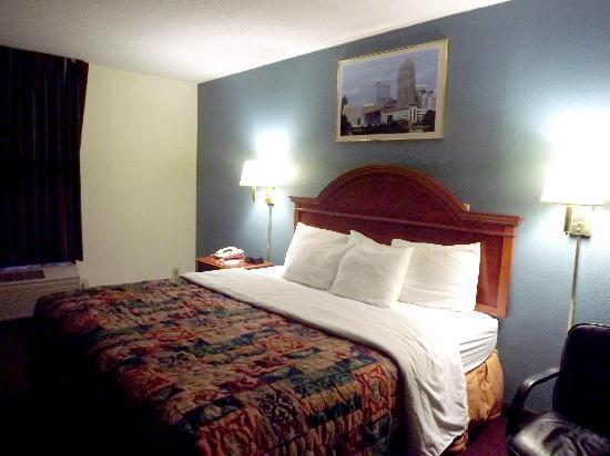 Days Inn Raleigh - Beltline: Comfy king bed