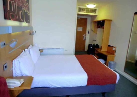 Holiday Inn Express Cardiff Bay bedroom