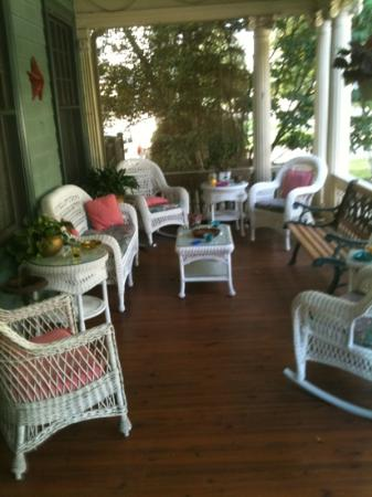 The Mountain Laurel Inn: gorgeous front porch
