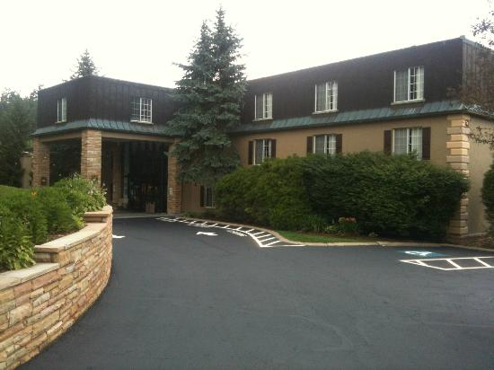 Meadowbrook Inn & Suites: Front Entrance with New Paint