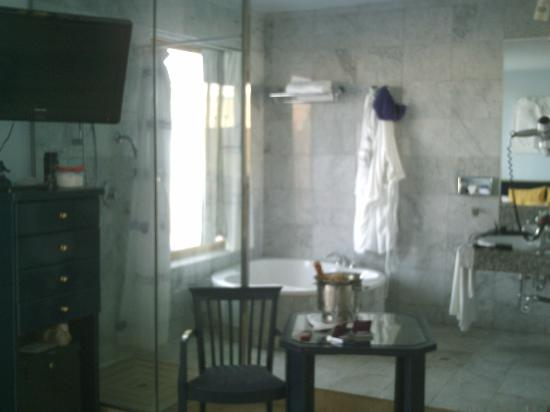 Cleopatra Palace Hotel (Mare Nostrum Resort): our bathroom with open shower and seperate wc