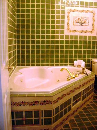 The Courtyard at Lake Lucerne: Jacuzzi tub in Dr Phillips Yellow Guest Room bathroom
