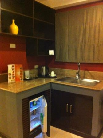 Guijo Suites Makati: small kitchen with basic amenities...a microwave would be nice if included!