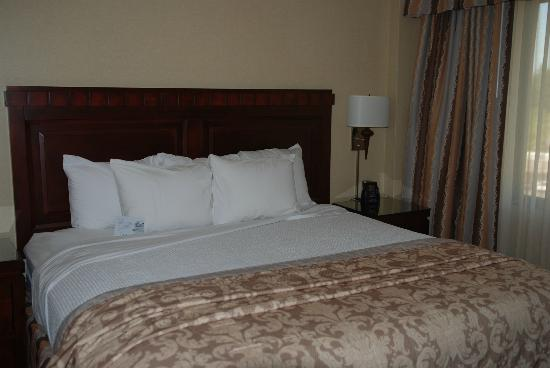Embassy Suites Portland - Washington Square Hotel: King size bed