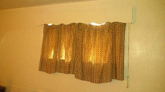 Relax Inn Altoona: The curtain was hanging loose.