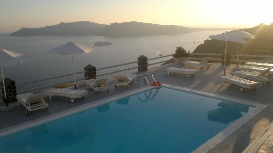 Oia Suites: Pool und Calderablick