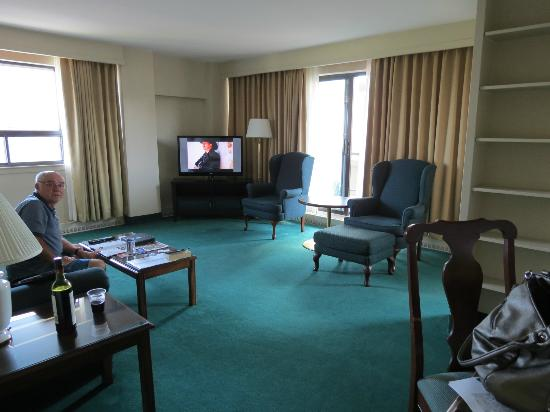 Embassy Hotel and Suites: Large living area.
