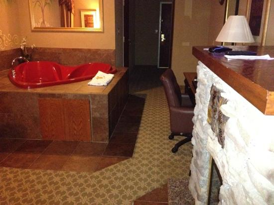La Quinta Inn & Suites Boone: tub and fireplace in some rooms