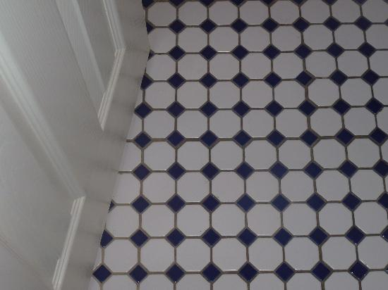 Beach Place Hotel: Nice floor tiles in the bathroom