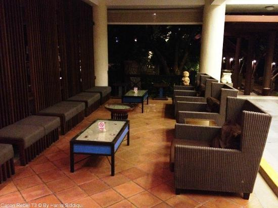 Patong Beach Hotel: Out Dated Lobby with rusty Furniture