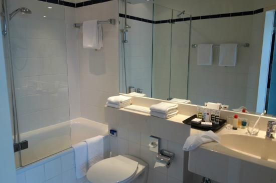 Mercure Hotel Duesseldorf City Center : clean and spacious bathroom. (Rm#609)