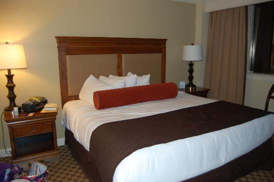 The Hotel at Auburn University: Confortable master king bed.
