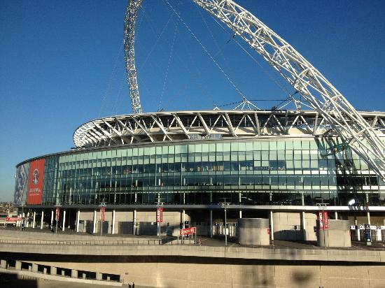 Next to wembley arena picture of hilton london wembley for Hotels 02 arena london