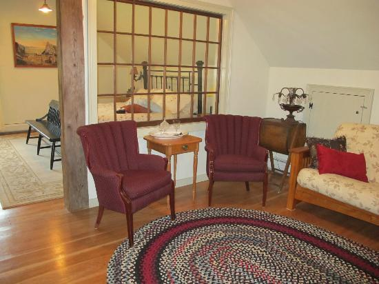 Antiqued Inn Time B&B: sitting area in suite