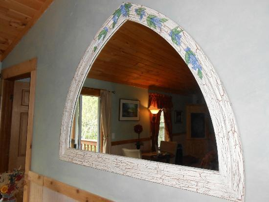 Mountain Laurel Creek Inn &amp; Spa: Unique frame and mirror. My favorite piece of the whole room!