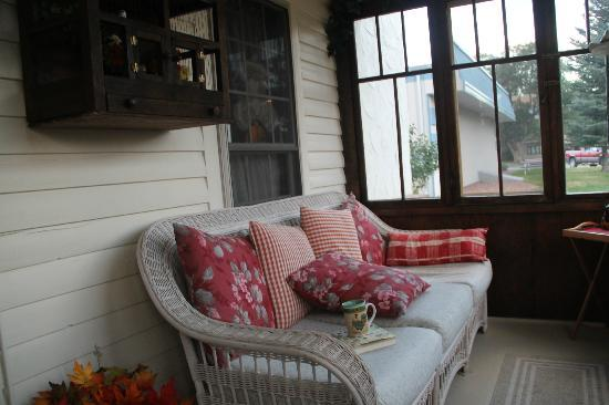 Salsbury Avenue Inn: cozy front porch
