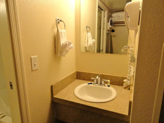 Windmill Suites of Tucson: Extra sink OUTSIDE of bathroom