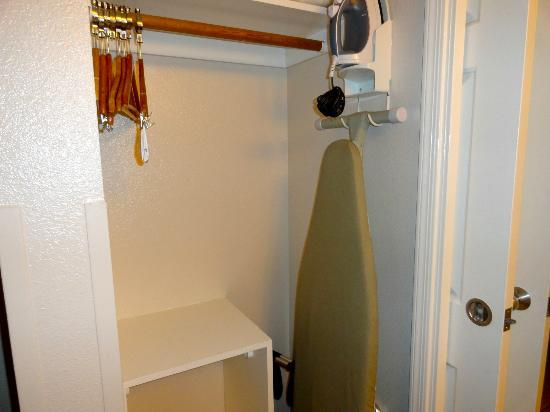Windmill Suites of Tucson: Iron & Ironing board in closet