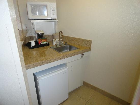 Windmill Suites of Tucson: Kitchenette