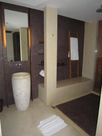 Hansar Samui Resort: Bathroom with large shower room (sep toilet) and only glass separating bathroom from bedroom
