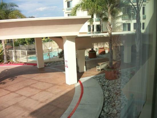 Hampton Inn San Diego/Del Mar: Pool Area and Hotel Main Entry