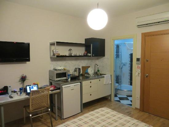 Marti Apartments: kitchenette