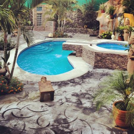 Coyaba Tropical Bed and Breakfast: Pool and jacuzzi area
