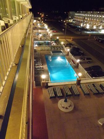 Ocean Holiday Motor Inn: Sun deck and pool at night, very pretty